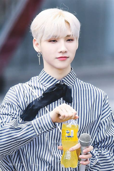 190525 - Jeon Woong at Mini Fanmeeting outside MBC